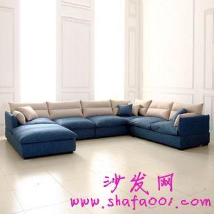 在选择布艺沙发时候主要要考虑墙纸的搭配